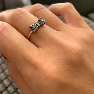 Black and White Diamond Bow 18k ring size 7